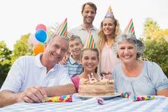 Cheeful rodzinny ono uśmiecha się przy kamerą przy przyjęciem urodzinowym obrazy royalty free