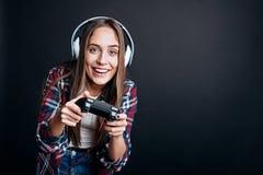 Cheeful wymagał dziewczyny bawić się wideo gry Fotografia Stock