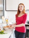 Cheefulhuisvrouw met eieren die omelet koken Royalty-vrije Stock Fotografie