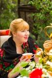 Cheeked Rosyjska rozochocona młoda kobieta z szalikiem drapował pavlopo Fotografia Royalty Free