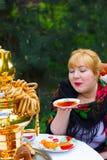 Cheeked Rosyjska rozochocona młoda kobieta z szalikiem drapował pavlopo Obraz Royalty Free