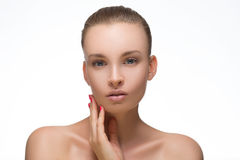 秀丽妇女面孔有完善的新鲜的干净的皮肤女性看的照相机微笑的画象女孩 青年时期和护肤概念 Cheerfu 免版税库存图片