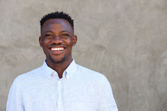 Cheerful african american man standing against a wall Royalty Free Stock Photos