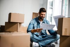 Free Cheerful Bearded Man Moving To New Apartment Stock Photos - 184084963
