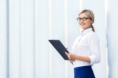 Cheerful business woman holding folder Royalty Free Stock Photography