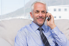 Cheerful businessman calling on smartphone Royalty Free Stock Photos