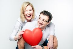 Cheerful Couple with big Heart Royalty Free Stock Photos