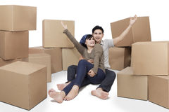 Cheerful couple with cardboards Royalty Free Stock Photos
