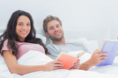 Cheerful couple holding books Royalty Free Stock Images