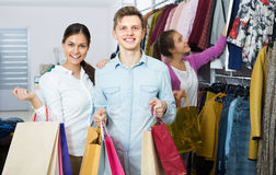 Cheerful couple holding shopping bags Royalty Free Stock Images
