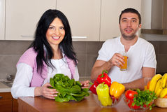 Cheerful couple in kitchen preparing food Royalty Free Stock Photos