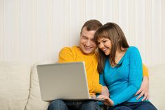 Cheerful couple with notebook Royalty Free Stock Photography