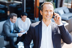 Cheerful good looking man speaking on the phone Royalty Free Stock Photography