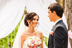 Cheerful married couple standing near the wedding Royalty Free Stock Photography