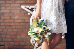 Cheerful married couple with wedding bouquet Royalty Free Stock Images