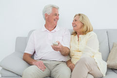Cheerful senior couple watching television Royalty Free Stock Photos