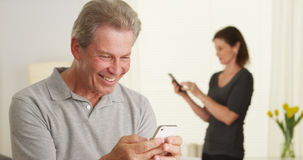Cheerful senior man using smartphone Royalty Free Stock Photos