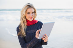 Cheerful sexy blonde holding tablet computer Royalty Free Stock Photos