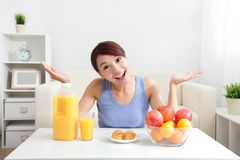 Cheerful woman drinking an orange juice Royalty Free Stock Photos