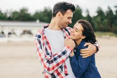 Cheerful woman and man embrace Royalty Free Stock Photography