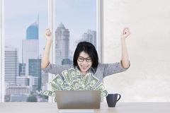 Cheerful worker makes money online Royalty Free Stock Photos