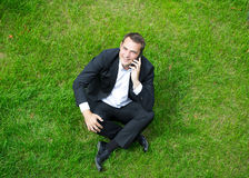 Cheerful young businessman calling by phone Royalty Free Stock Photos