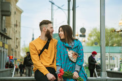Cheerful young couple on a city street Royalty Free Stock Photos