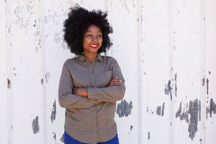 Cheerful young woman standing with arms crossed Royalty Free Stock Images