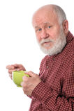 Cheerfull hogere mens met groene die kop, op wit wordt geïsoleerd Royalty-vrije Stock Afbeelding