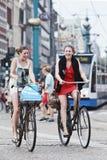 Cheerfull kolarstwa dziewczyny w Amsterdam obrazy royalty free