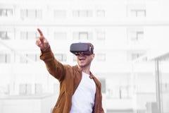 Cheerfully Jonge Volwassen Charmante Mens die Virtuele de Werkelijkheidsglazen gebruikt van VR Openlucht stock afbeelding