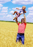 cheerfully pappa som går Fotografering för Bildbyråer