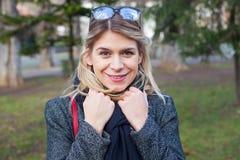 Cheerfum-youn Frau auf Winterzeit Lizenzfreie Stockfotografie
