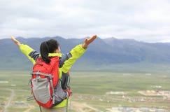 Cheering caminhando a mulher abre os braços em tibet Imagens de Stock Royalty Free