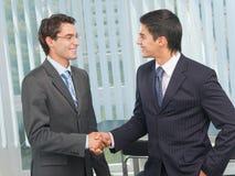 Cheering de dois empresários imagem de stock