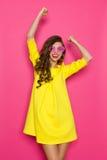 Cheering em um fundo cor-de-rosa Fotografia de Stock
