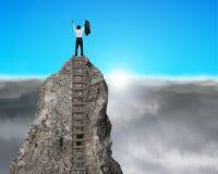 Cheering sobre a montanha da rocha com nascer do sol Fotografia de Stock
