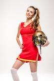 Cheerleader, die mit Sturzhelm aufwirft Lizenzfreie Stockbilder