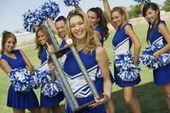 Cheerleader, die Trophäe hält Lizenzfreie Stockbilder