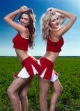 Cheerleader mit zwei Schönheiten Lizenzfreie Stockbilder