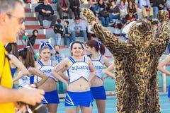 Cheerleader und Tiger mascotte durig ein Fußballmach stockfoto