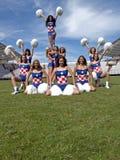 Cheerleaderbildung auf dem Gras stockbilder
