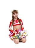 Cheerleadermädchen, das mit pom sitzt lizenzfreie stockfotos