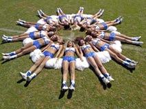 Cheerleadern auf dem Fußballspielplatz lizenzfreie stockfotos