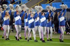 Cheerleadern begrüßen Zuschauer Stockfotografie