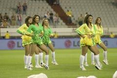 Cheerleadern, die in den brasilianischen Farben durchführen stockfotografie
