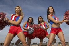 Cheerleadern, die für ihr Team zujubeln stockfotografie