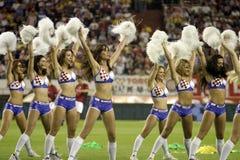 Cheerleadern, die während des Fußballspiels durchführen stockfotos
