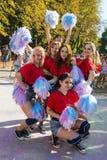 Cheerleadern haben Spaß während des Festivals der Farbe Lizenzfreie Stockfotografie