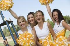 Cheerleadern mit Trophäe Lizenzfreie Stockfotos
